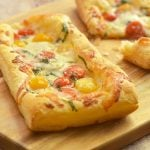 Puff Pastry Margherita Pizza made with ripetomatoes, shredded mozzarella, fresh basil leaves, and puff pastry. With bright Spring flavors on a flaky, buttery crust, it's perfect as an appetizer, entree or last-minute snacks.