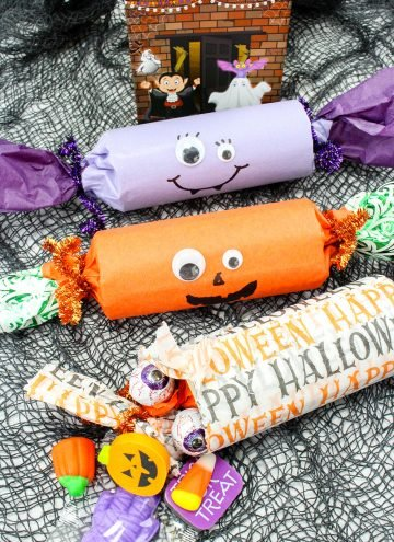 Halloween Party Poppers are sure to take your trick or treat game to a whole new fun. Filled with candies and other goodies, they're the ultimate Halloween party favors!