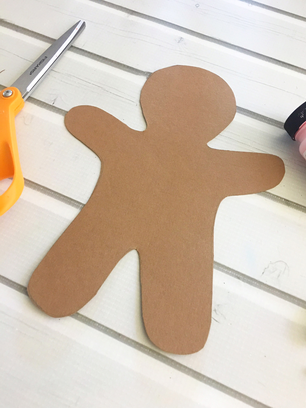 DIY Gingerbread Man Ornaments are an easy and fun holiday activity that will keep the little ones busy for hours! Use as tree ornamnets, gift tags or holiday dinner placecards-draw gingerbread man on brown card stock paper and cut with scissors.