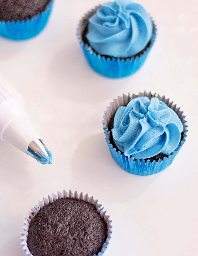 blue frosting on chocolate cupcakes to make Minion Cupcakes