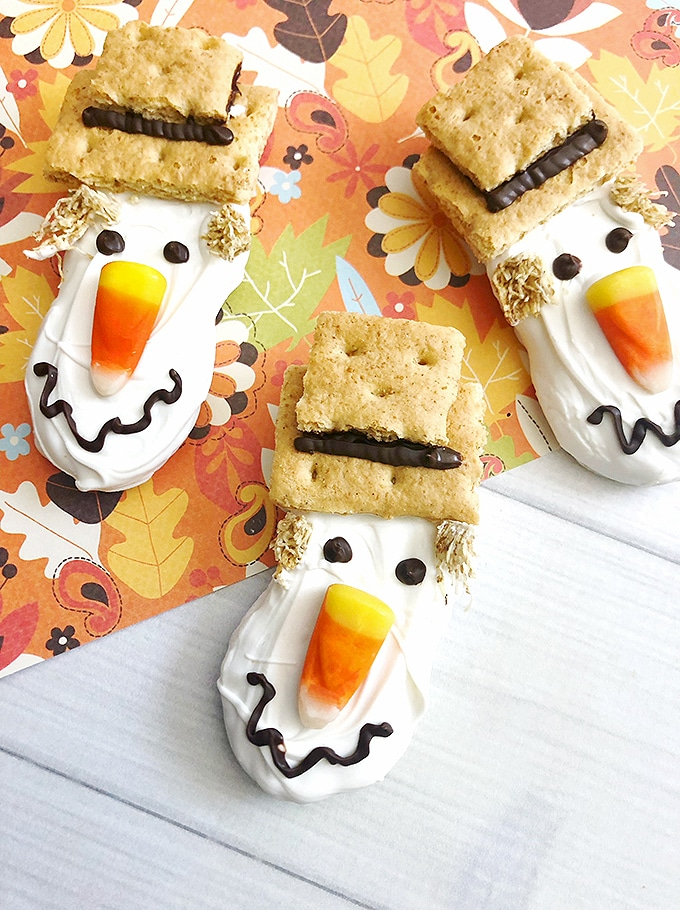 make scarecrow decorated nutter butter cookies for your next Halloween party